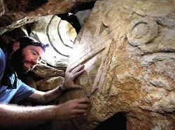 Una columna con símbolos de la realeza judía hallado en un emplazamiento desconocido. / Makor Rishon