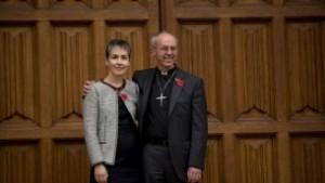 Justin Welby, derecha, posa para los fotógrafos con su esposa Caroline tras el anuncio que será el próximo arzobispo de Canterbury, 9 de noviembre del 2012. (Foto: AP Photo / Matt Dunham)
