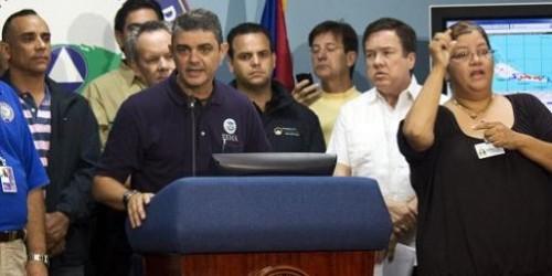 Alejandro de la Campa, en el podio, director de FEMA para Puerto Rico. (FEMA)