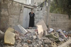 Una mujer palestina se lamenta después de que un bombardeo de la aviación israelí haya destruido su casa en Gaza.