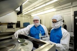 Las ingenieras Angela Tooker y Vanessa Tolosa, del LNLL, cargan obleas de silicio en una cámara de vertido de metales deposition durante el desarrollo de los dispositivos neuronales. Fuente: LNLL.