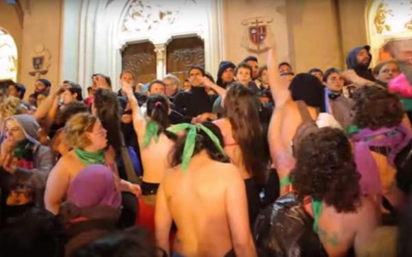 La delincuencia lesbo-marxista intentando quemar la Catedral de Mar del Plata con los feligreses adentro.